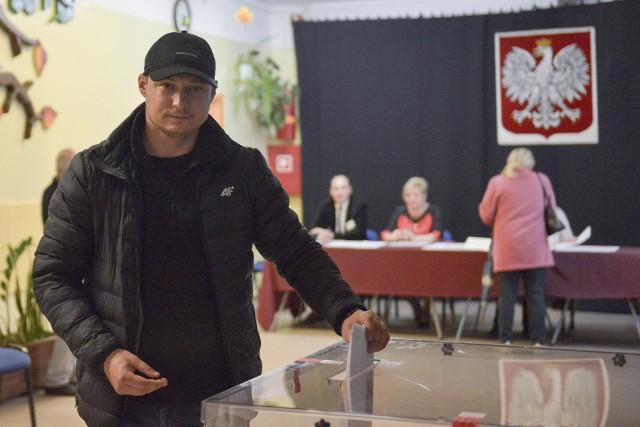 O rana w słupskich okręgach wyborczych trwa głosowanie w wyborach parlamentarnych. Swoje głosy oddają słupszczanie a wśród nich również kandydujący w wyborach do sejmu i senatu. Zapraszamy do galerii zdjęć.