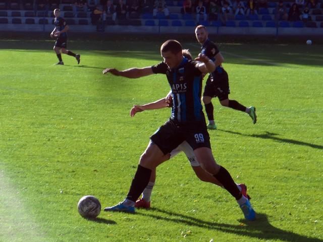 Paweł Hass (na pierwszy planie) bramki nie zdobył, ale jego JKS pewnie pokonał Sokoła Sieniawa i awansował do finału Pucharu Polski.