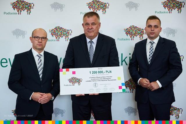 Zarząd województwa podlaskiego przekazał w piątek (20.08) 1,2 mln zł dofinansowania Wysokiemu Mazowieckiemu na wykonanie sieci wodociągowej w drodze krajowej nr 66. Symboliczny czek z rąk marszałka Artura Kosickiego odebrał burmistrz miasta Jarosław Siekierko.