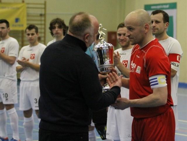 Tomasz Rabanda odbiera puchar za wygranie II ligi i awans.