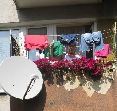 Krewni pani Anny Turkowskiej nie muszą wnosić opłaty w wysokości 100 zł rocznie, gdyż antenę zamontowali zgodnie z wymogami spółdzielni. Nie przeszkadzają też sąsiadom, gdyż pranie suszą na, a nie - za balkonem.