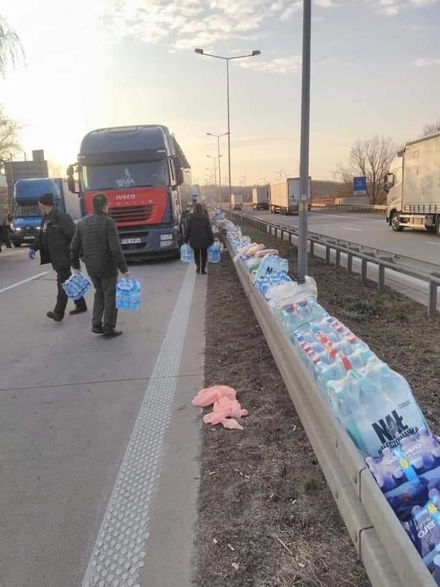 Nawet 50 kilometrów mierzył we wtorek sznur ciężarówek i samochodów osobowych oczekujących na wjazd do Polski przez przejście graniczne w Jędrzychowicach. Kierowcy, którzy utknęli w korku, skarżyli się na powolny przebieg kontroli na granicy, brak wody i jedzenia oraz toalet. Polacy ruszyli na pomoc, na granicy gromadzą wodę i jedzenie. To nam się podoba, pomagajmy.Możemy być dumni, taką pomoc mamy na zamkniętych granicach. Zobacz na kolejnych slajdach - posługujcie się klawiszami strzałek, myszką lub gestami.