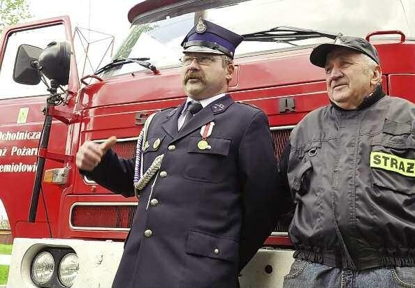 Mirosław Szkudlarek i Józef Szota to gwiazdy jednostki, która ma do dyspozycji trzy wozy bojowe i wszystkie są sprawne. - Żuk ma przeszło 40 lat, a pozostałe dwa nieco mniej - śmieją się strażacy.