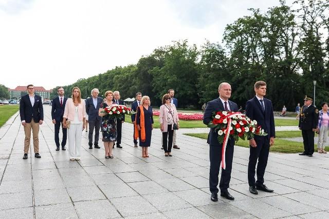 Złożenie kwiatów z okazji 76 urodzin miasta
