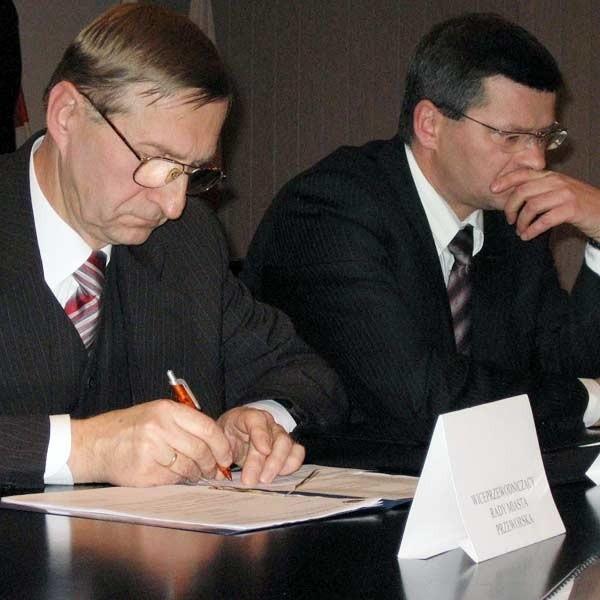 Głosowanie w sprawie odwołania przewodniczącego Rady Miasta Przeworska było tajne. Ogłoszenie jego wyników zaskoczyło Gustawa Mroza (w środku) i Witolda Adriana, jego zastępcę (z prawej).