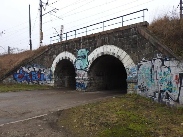 Chodzi o wiadukty kolejowe zlokalizowane obok wiaduktu Fieldorfa Nila - po prawej stronie jadąc od strony ul. Kopernika.
