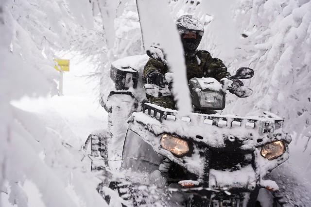 To nie są archiwalne zdjęcia z zimy, lecz z ubiegłego piątku. W takich warunkach pracują w Bieszczadach funkcjonariusze Straży Granicznej.