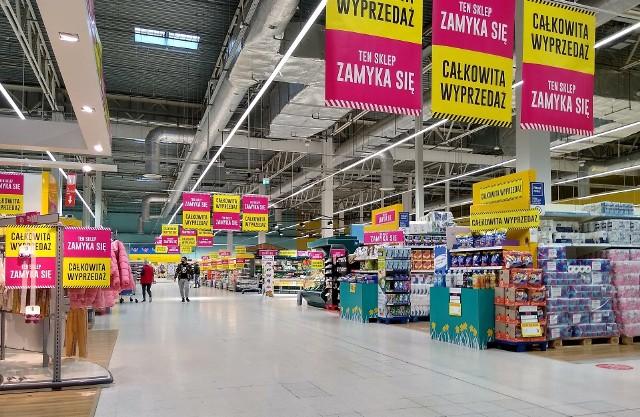 """To już ostatnie tygodnie działalności najstarszego sklepu sieci Tesco w Polsce. Mowa o hipermarkecie w Alei Bielany, w którym zakupy możemy zrobić jeszcze do końca maja. Sieć informuje o całkowitej wyprzedaży. I faktycznie, wiele rzeczy przecenionych jest o 30, 40 czy nawet 50 proc. a na jednym z regałów towary można kupić zaledwie za 10 proc. ceny. Rabaty naliczane są przy kasach, wciąż działają tam kasy obsługiwane przez pracowników, jak również te samoobsługowe. Pracownicy informują, że przez najbliższe tygodnie wyprzedawana jest cała tzw. """"przemysłówka"""", nie ma już nowych dostaw tych towarów, uzupełniany jest wyłącznie asortyment spożywczy. Przykładowo w tym tygodniu zabawki czy odzież kupimy z rabatem -20 proc. a na artykuły papiernicze jest obniżka 40 proc. od ceny na półce. Zobaczcie promocje na kolejnych slajdach w galerii. Przejdźcie dalej przy pomocy strzałek >>> lub przesuwając palcem po ekranie smartfona. Przypomnijmy, że wbrew zeszłorocznym zapowiedziom, w miejscu po Tesco w Alei Bielany, nie pojawi się ostatecznie sieć Netto. Na razie trwają rozmowy z nowym najemca. Nie jest podawana informacja, jaki sklep się tam znajdzie."""