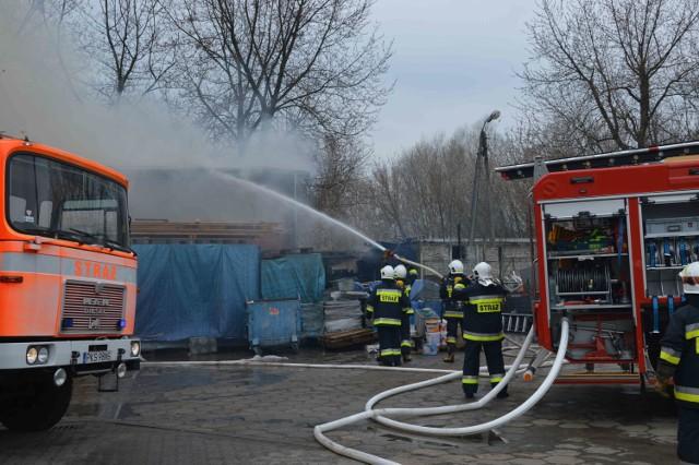 Czempiń: Pożar malarni. Z ogniem walczyło 18 zastępów straży