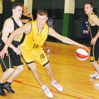 Koszykarz Żubrów Białystok Andrzej Misiewicz (z piłką) w dotychczasowych meczach I ligi zdobywał najwięcej punktów