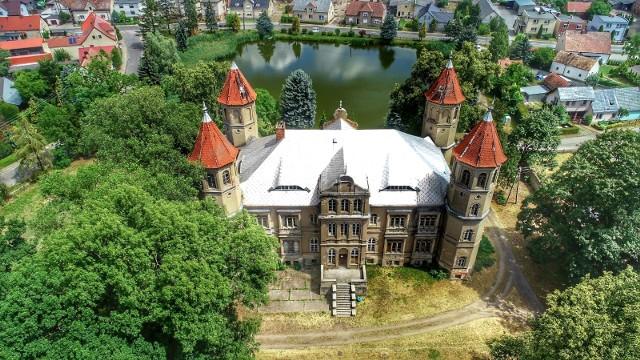Dziś w roli głównej występuje magiczny pałac w Dąbrówce Wielkopolskiej. Ale przyjrzyjmy się również innym rezydencjom w okolicy. Myszęcin, dwie w Szczańcu, w Grodziszczu...