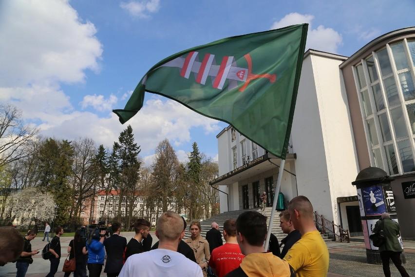Wodzirejem protestu był Szymon Popławski, który nawoływał do...