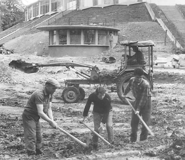 Amfiteatr budowali nie tylko robotnicy, ale i wojskowi oraz młodzież. Dziś to już nie do pomyślenia.