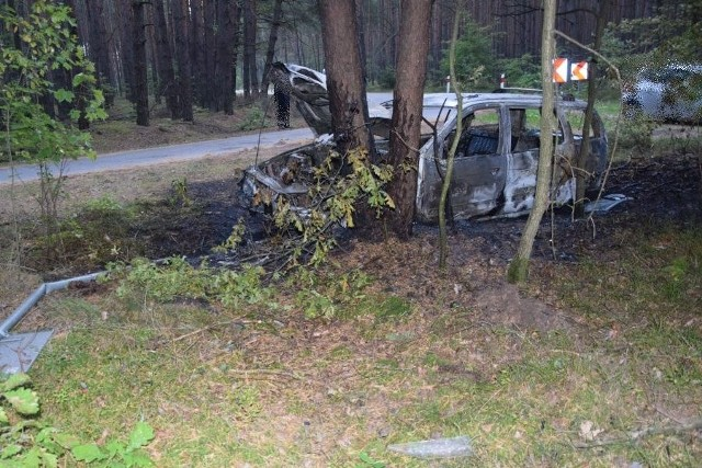 Pijany kierowca uderzył w drzewo, auto stanęło w płomieniach