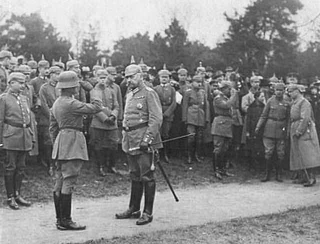 Naczelny dowódca wojsk Republiki Weimarskiej, feldmarszałek Paul von Hindenburg (na pierwszym planie, przodem) podczas defilady zorganizowanej 16 kwietnia 1919 r. w Kołobrzegu