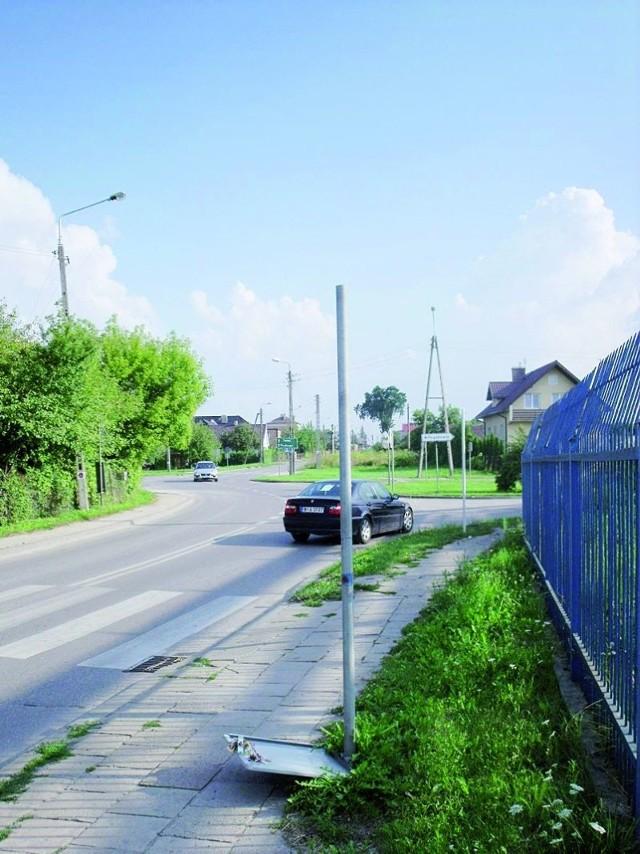 Przejście dla pieszych i... wandale zniszczyli znak drogowy