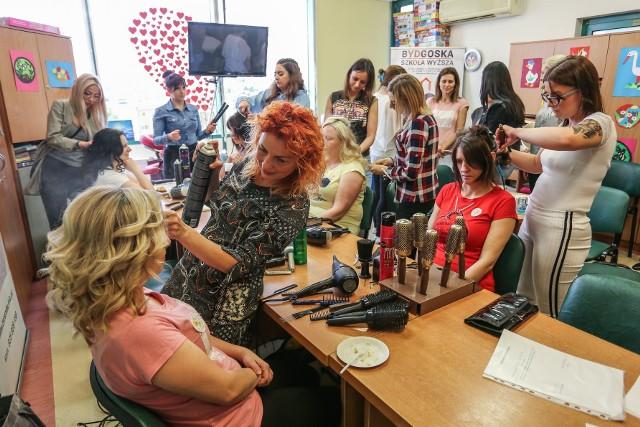 Do ubiegłorocznej akcji przyłączyli się wolontariusze - fryzjerzy, masażyści, makijażystki. W tym roku z uwagi na pandemię trzeba było z tego zrezygnowa