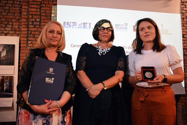 Medal z rąk Anny Azari, ambasador Izraela odebrały wspólnie: Joanna Grzelka-Kopeć (z lewej) i Beata Cybulska (z prawej)