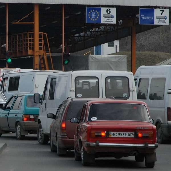 Kierowcy jadący przez granicę muszą liczyć się z utrudnieniami.