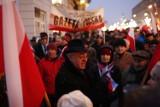 """Demonstracje w Warszawie: KOD żegna Rzeplińskiego, """"Gazeta Polska"""" w obronie demokracji [ZDJĘCIA]"""