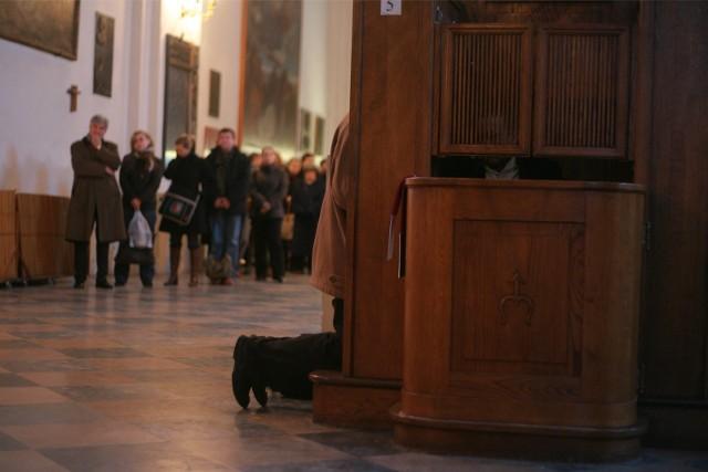 Wielka Sobota to ostatni dzień, w którym w poznańskich kościołach dyżurują spowiednicy. Sprawdź, w jakich godzinach kapłani czekają w konfesjonałach.