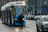 Kobieta wpadła pod tramwaj. MPK jeździ objazdami