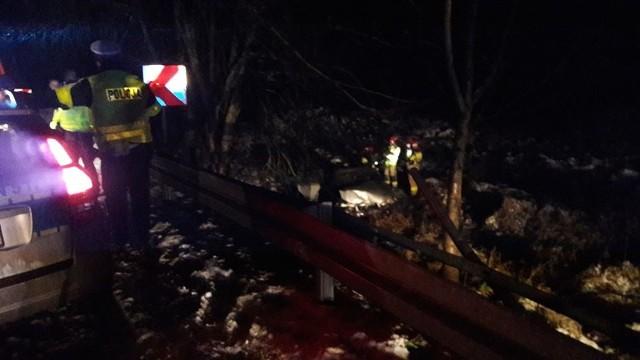 Dzisiaj (poniedziałek) na odcinku drogi krajowej nr 20 między Przęsinem i Zadrami (gm. Miastko) doszło do wypadku drogowego. Kierujący samochodem osobowym stracił panowanie nad autem i wylądował w rowie. Jedna osoba została poszkodowana.