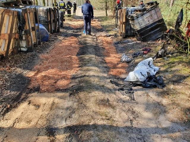 Policjanci z wieluńskiej  komendy zostali poinformowani o porzuconych na terenie kompleksu leśnego  nieopodal miejscowości Pieńki w gm. Biała  kilkudziesięciu  zbiornikach i beczkach z zawartością nieznanych substancji.  Na miejsce natychmiast skierowano patrole policji.CZYTAJ DALEJ NA NASTĘPNYM SLAJDZIE