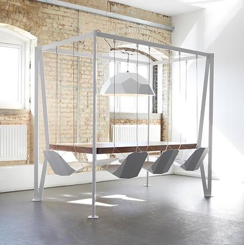 Swing table, czyli kołyszący się stółOryginalny mebel do jadalni sprzedawany jest w komplecie z ośmioma krzesłami podobnymi do huśtawek