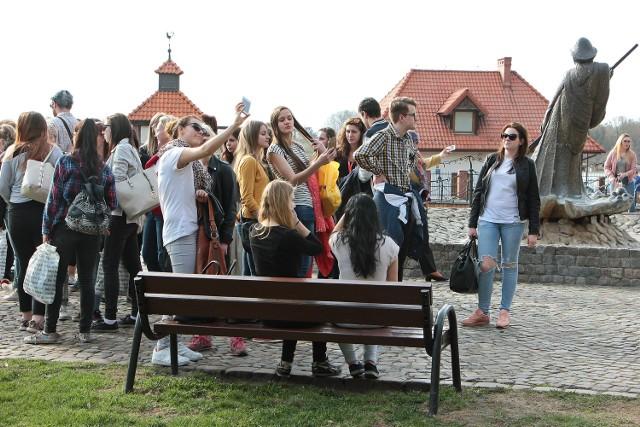 Włochy, Rumunia, Austria -  z tych państw do Grudziądza przyjechało 17 uczniów oraz 10 nauczycieli. To delegacje czterech szkół, z którymi w ramach programu Erasmus współpracuje Zespół Szkół Ekonomicznych Podczas wzajemnych wizyt młodzież poznaje historię, języki oraz zwyczaje europejskich krajów. W poniedziałek goście zwiedzali starówkę. We wtorek odwiedzą Cytadelę.  Uczniowie zakwaterowali osoby zza granicy w swoich domach.