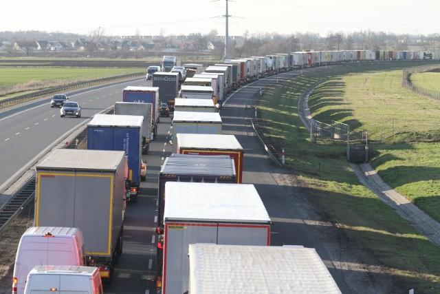 Obecne korki na A4 w okolicach Wrocławia to jeszcze nic. Przed świętami kierowcy ciężarówek urządzą protest na zatłoczonej autostradzie. Ludzie, którzy będą chcieli dojechać na czas, mogą o tym zapomnieć, utkną w korkach na długie godziny. Kierowcy strajkują przeciwko działaniom rządu w czasie pandemii i ignorowaniu ich pracy.SPRAWDŹ SZCZEGÓŁY PROTESTU NA KOLEJNYCH SLAJDACH. PRZEJDŹ DALEJ PRZY POMOCY STRZAŁEK LUB GESTÓW NA SMARTFONIE.