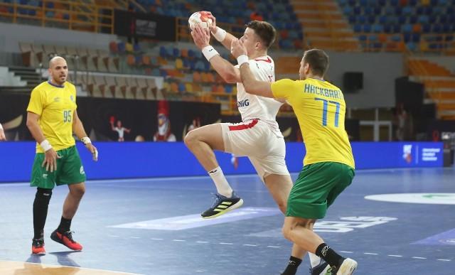 Polska gra dziś z Urugwajem. Na zdjęciu z piłką zawodnik naszej drużyny, Michał Olejniczak.