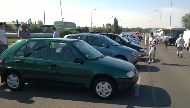 Najbardziej popularne auta używane przywiezione do Polski w tym roku, to audi a4 (łącznie 21 259), volkswagen golf (20 093), vw passat (19 069), opel astra (18 847) oraz bmw serii 3 (15 770). Z niemieckimi wozami konkurują jeszcze renault i peugeot.
