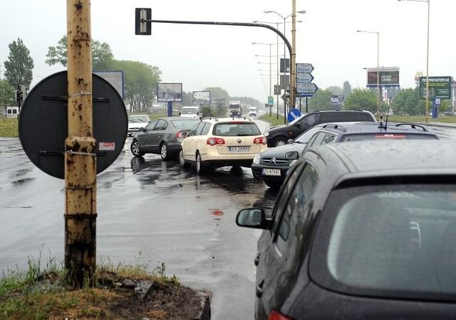 Zdaniem naszego eksperta bezpieczeństwo na skrzyżowaniu poprawiłaby już tymczasowa sygnalizacja.