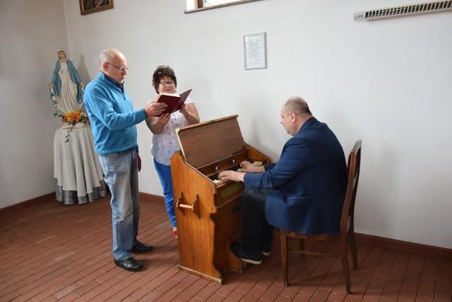 Od lewej: Stanisław Grześkowiak, Izabela Mączyńska i Roman Seta w warcińskim zabytkowym kościele podczas próby.