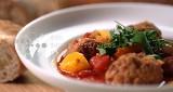 Pomysł na szybki, jednogarnkowy obiad? Wypróbuj przepis pulpeciki z papryką w pomidorach!