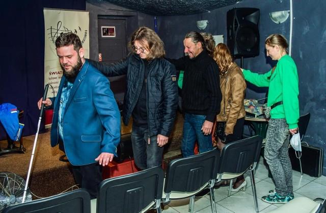 Przeprowadzenie uczestników koncertu na miejsca na widowni w zupełnych ciemnościach wymagało wcześniejszych przygotowań. Tak było podczas próby generalnej.