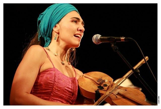 Renata Rosa śpiew łączy z grą na rabeca - strunowym instrumencie smyczkowym o średniowiecznych korzeniach