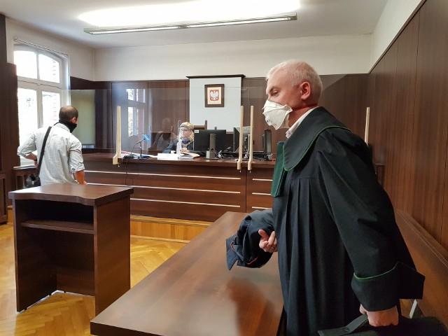 Sąd pierwszej instancji skazał mieszkańców Nysy na kary w zawieszeniu. Obaj uznali, że to zbyt surowa dolegliwość i odwołali się od wyroku. Sąd odwoławczy dziś (2.10) utrzymał go w mocy. Oskarżonych nie było na sali rozpraw. W ich imieniu wypowiadał się obrońca.