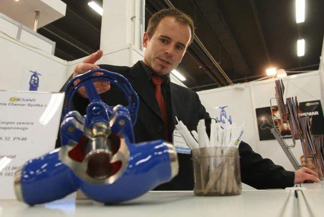Na stoisku Odlewni Chemar z Kielc Michał Sowa prezentował odlewy z nowoczesnego żeliwa sferoidalnego