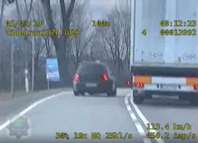 Nieodpowiedzialny kierowca łamał niemal wszelkie możliwe przepisy drogowe. Wyprzedzał na przejściach dla pieszych, skrzyżowaniach, nie stosował się do znaków drogowych i jechał z prędkością sięgająca miejscami ponad 170 km/h.