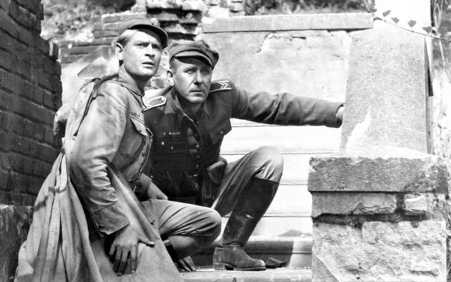 """Stanisław Mikulski i Kazimierz Wichniarz w nakręconym w Łagowie dramacie wojennym """"Godziny nadziei"""" (premiera w 1955 roku)"""