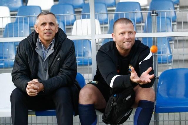 W dwóch meczach z konieczności na ławce trenerskiej II-ligowej Stali Mielec zasiada Janusz Białek (z lewej).