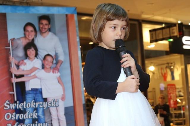 Wzruszający wstęp sześcioletniej Natalii ze Skarżyska-Kamiennej oklaskiwały mama zastępcza i mama biologiczna – obie dumne z córki.