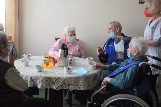 Mieszkańcy Domu Pomocy Społecznej w Karniowicach, podobnie jak w innych w całym kraju, przez rok nie mogli spotykać się z bliskimi i rodzinami. Byli tylko w swoim gronie i czekali z tęsknotą na wznowienie wizyt