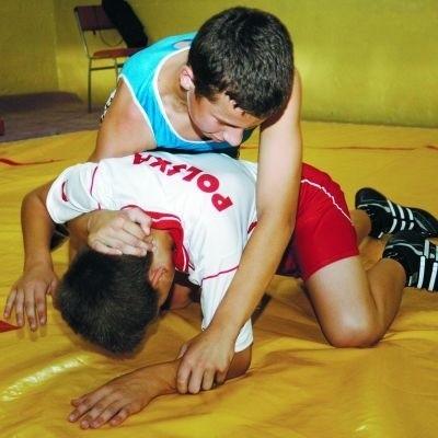 Młodzi zapaśnicy na treningach nabierają siły, wytrzymałości i sprawności