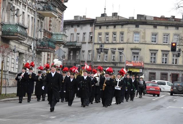 W Inowrocławskich Kopalniach Soli Solino SA rozpoczęto obchody Święta Górników - Barbórki. Pracownicy IKS wraz z orkiestrą przemaszerowali w górniczym capstrzyku ulicami miast pod pomniki Obrońców Inowrocławia i Jana Pawła II, gdzie złożyli kwiaty.