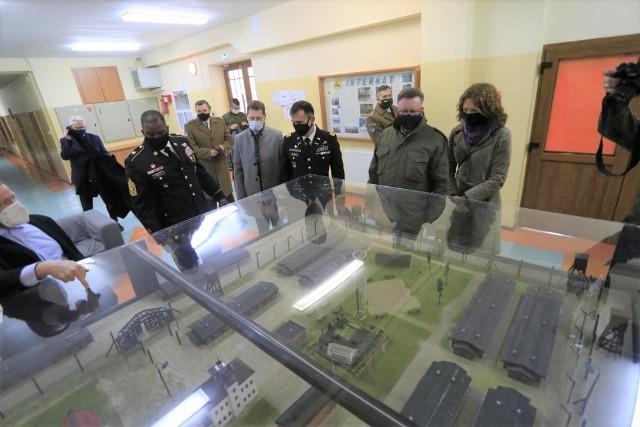 Goście oddali hołd bohaterom, obejrzeli także makietę byłego obozu jenieckiego w Szubinie
