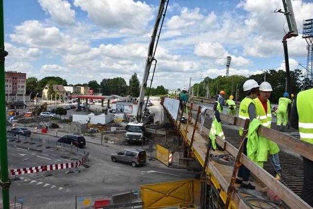 W kilku newralgicznych miejscach Opola trwają inwestycje drogowe. Kierowcy muszą się liczyć z utrudnieniami.