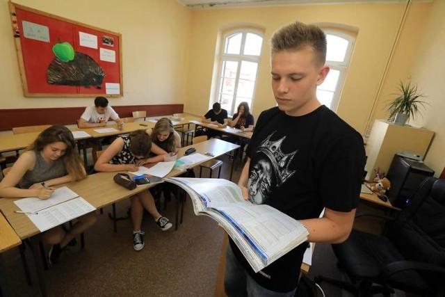 W szkołach średnich trwa rekrutacja uczniów. W tym roku, w wyniku reformy edukacji, w liceach, technikach i szkołach branżowych pojawi się podwójny rocznik. Czy z takim napływem uczniów poradzą sobie poznańskie szkoły?